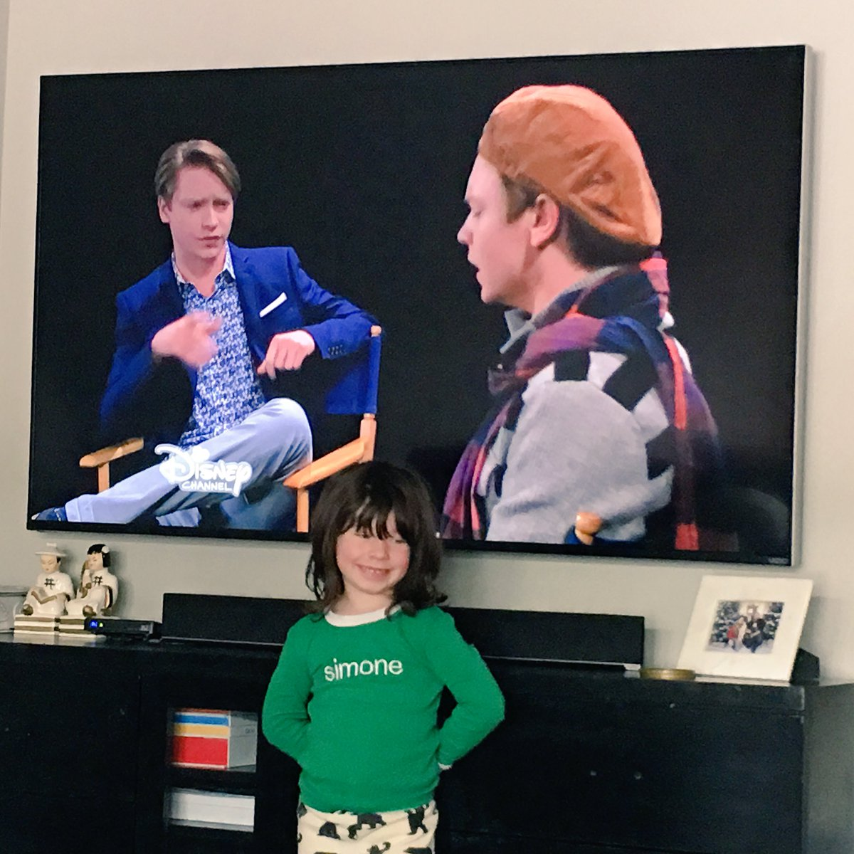 Simone is off today - So OF COURSE we're watching #AustinandAlly - Her FAV! #DezOnDez @CalumWorthy https://t.co/a50FlGyqUd