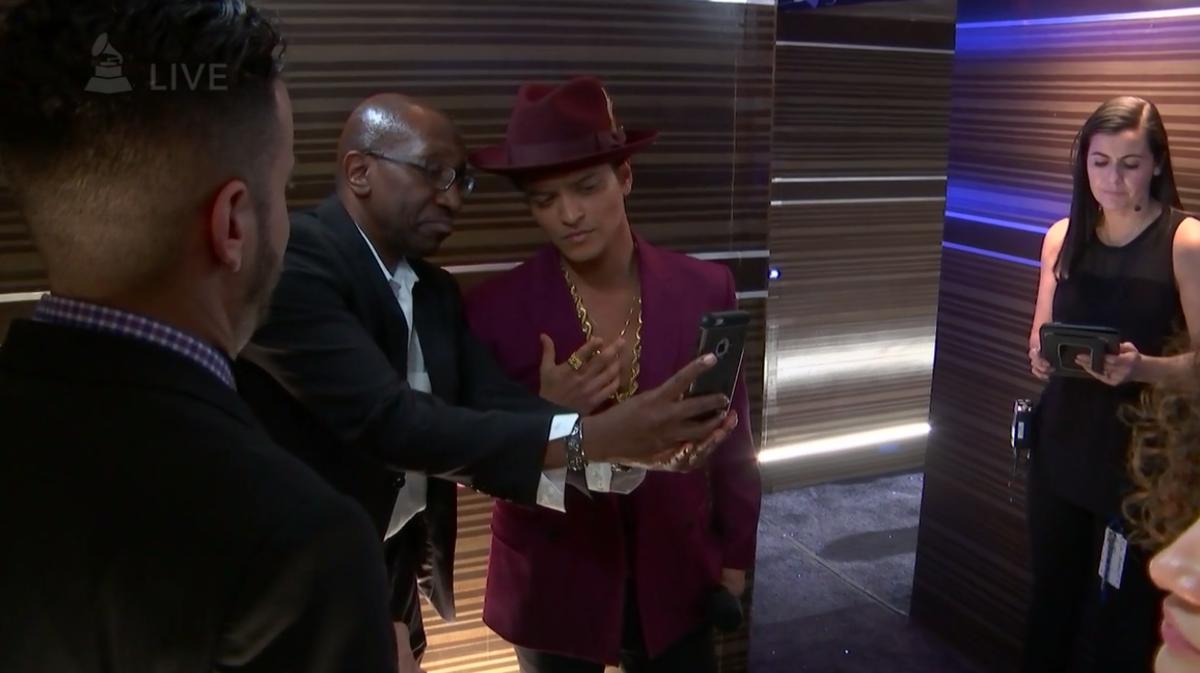 グラミー賞: グラミー年間最優秀レコード Uptown Funk Ft. Bruno Mars MarkRon