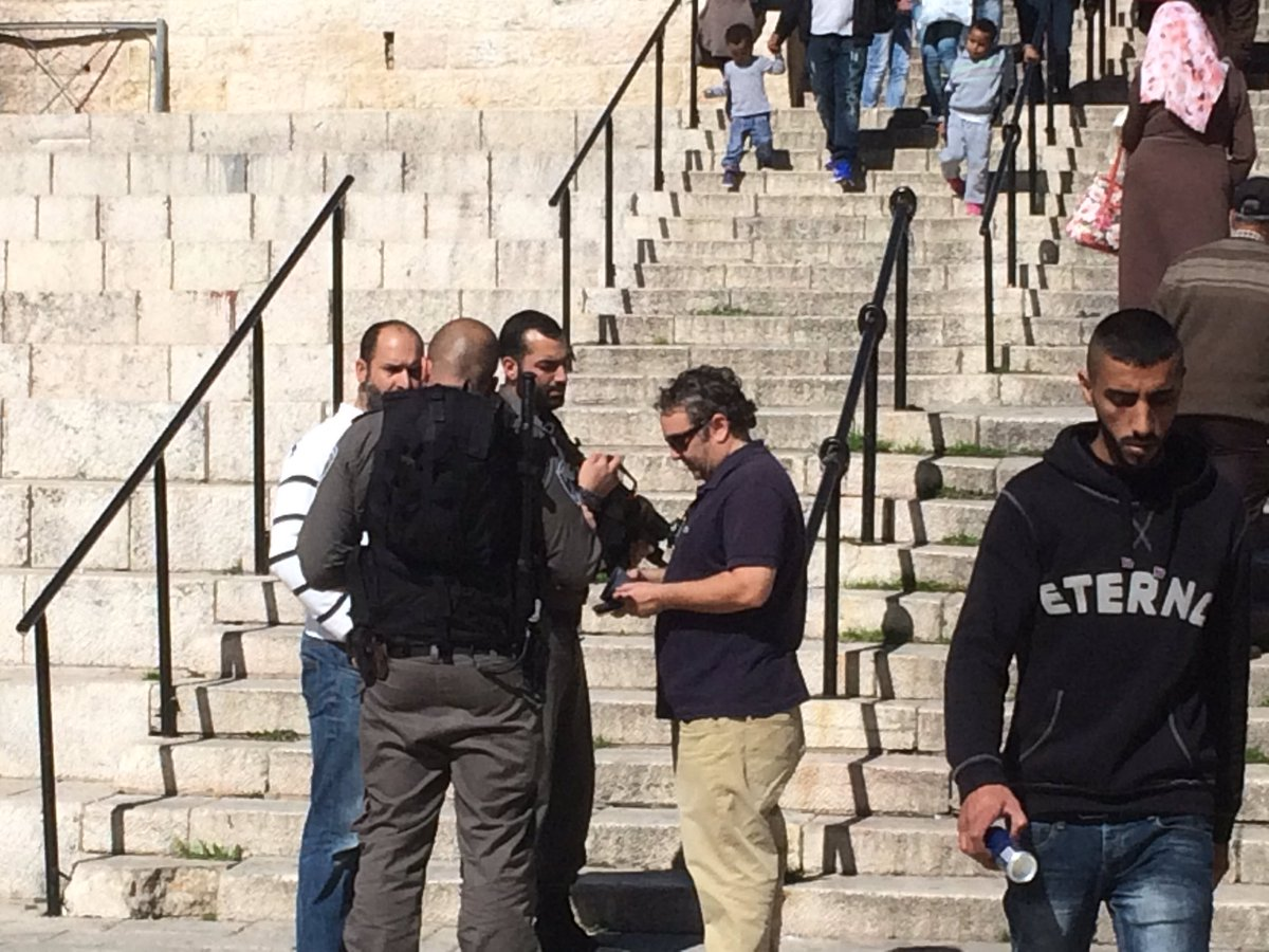#Israeli border policemen arrest #journalists at the Damascus Gate, accusing them of incitement!! https://t.co/cjnkHFNwPM