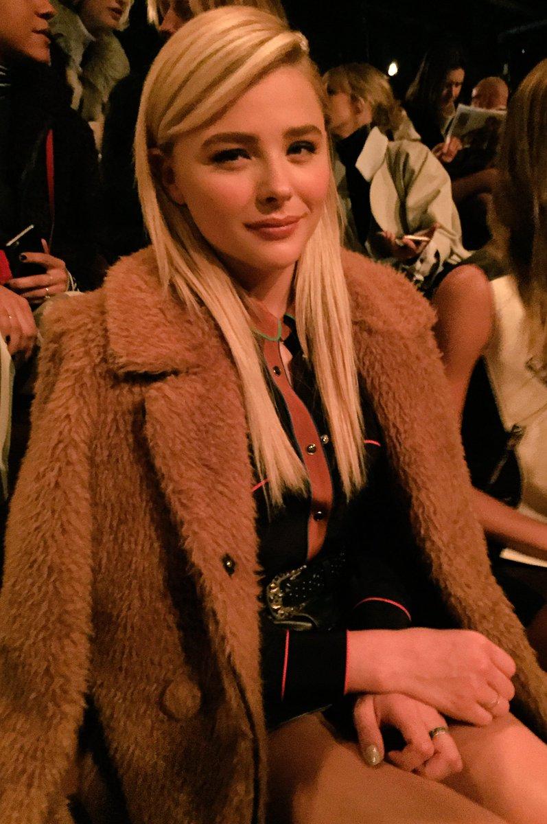 La actriz @ChloeGMoretz guapísima en el front row de @Coach #NYFW #ChicReady