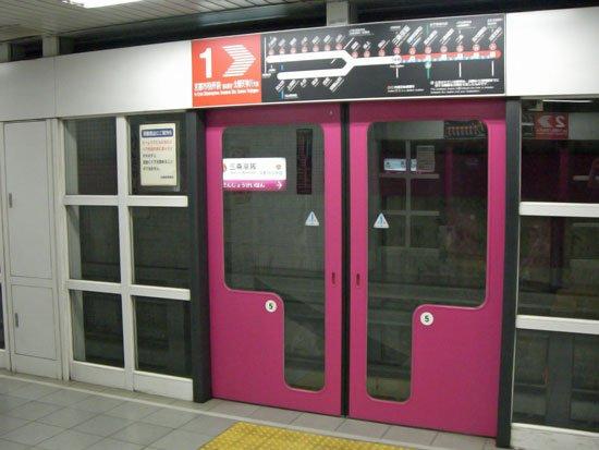 新小岩駅はこのぐらいのホームドアつけんと、永遠に自殺の名所 https://t.co/5CZEeSaLAX