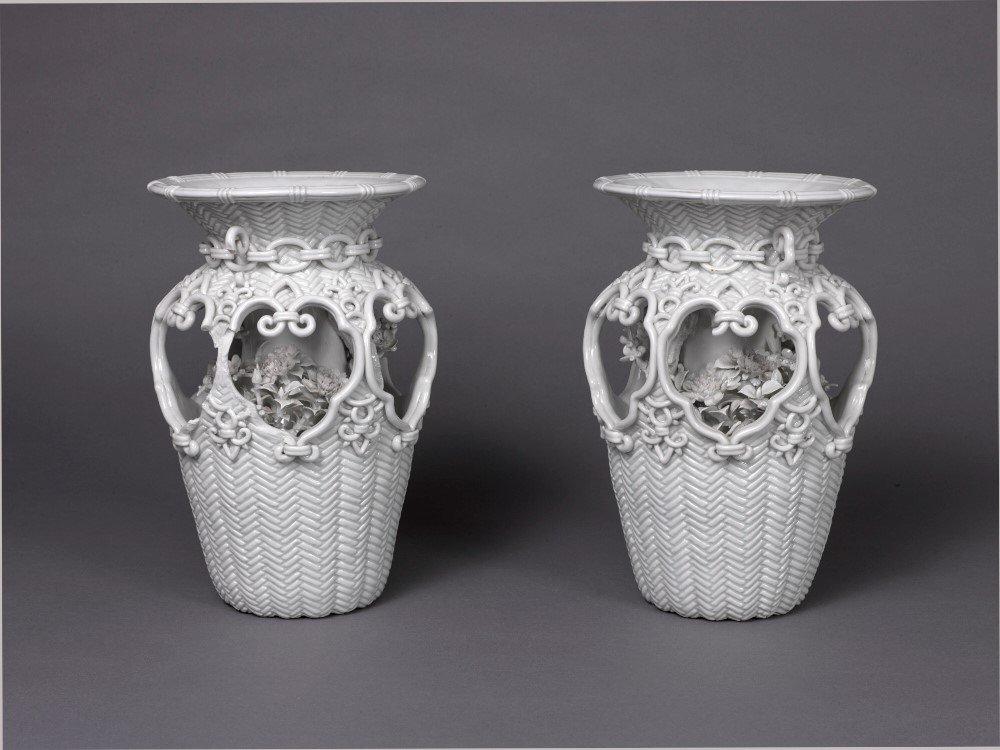 【気になる展覧会】3/6迄。私は行けませんが、兵庫県立歴史博物館「出石焼-但馬のくらしとやきもの-」展。明治期の改良の結果生まれた、「雪よりも白い」と称えられる精緻な細工を施した白磁の一つの到達点、「籠目小鳥細工花瓶」。み、見たい!
