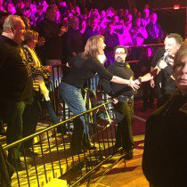 Anyone know who this woman was at the @springsteen show last night? https://t.co/qn8ufbfbwp https://t.co/t7yit8T4xa
