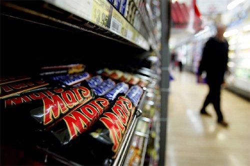 Plastica nei Mars, ritirati anche in Italia: Auchan e Coop hanno ritirato dalla vendita le barrette di cioccolato nei negozi