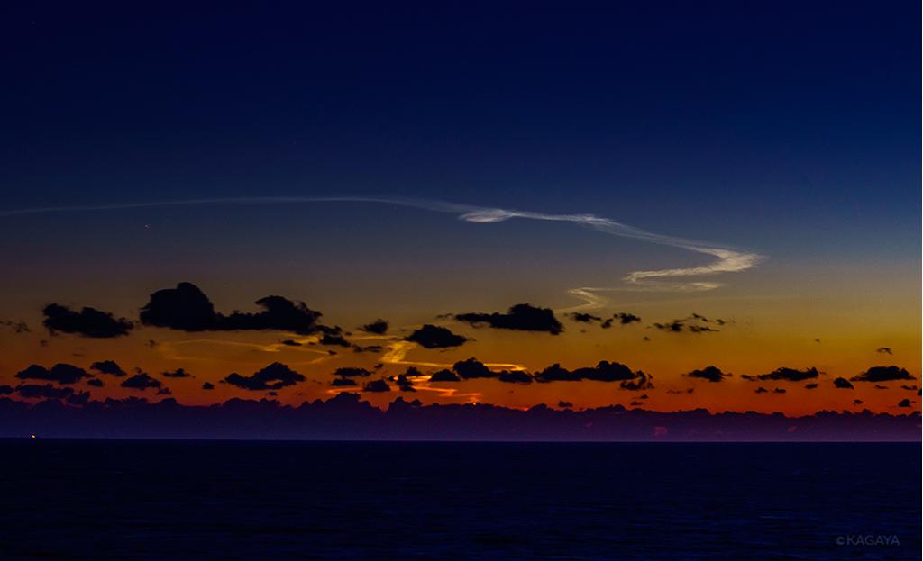 H-IIAロケットの打ち上げでできた発光雲。(本日18時23分 静岡県御前崎にて撮影)日が暮れた西の空低く、雲が幻想的に光っていました。雲は形を変え、やがて消えていきました。 pic.twitter.com/DDladq0DiM