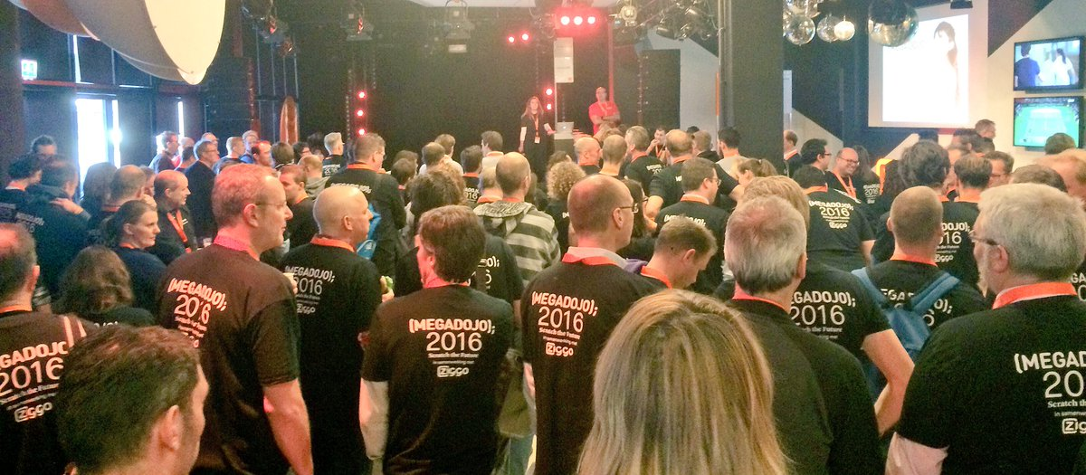 Mentor meeting at #megadojonl! There will be 200 mentors showing 1000 youths to code today! @CoderDojoNL 🎉🙌😎 https://t.co/zfawisjlo7