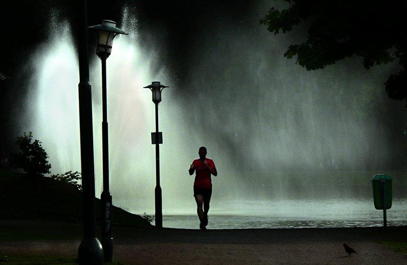 ¿Haces #running de noche?    -Ropa reflectante -Lleva DNI -Mejor acompañado -1 solo auricular -De Frente a coches
