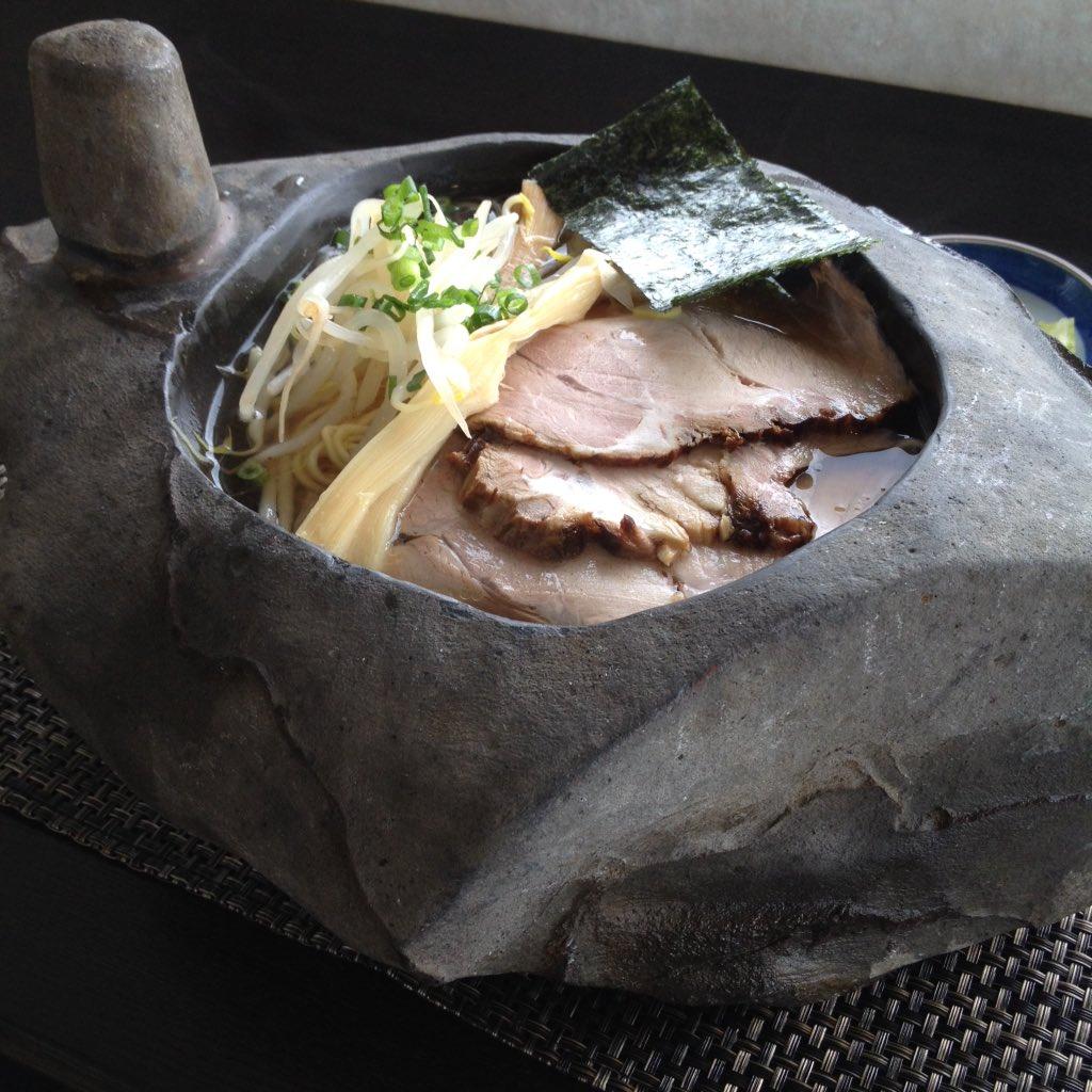 UFO型ピンカラ石ラーメン。石は10kgもあり、そのままスープを飲むことは不可能…。途中で「なぜ私は石に入ったラーメンを食べているのか…なぜ人は生きるのか…」と深く考えさせられる一杯。 https://t.co/SfFPuL3JFy