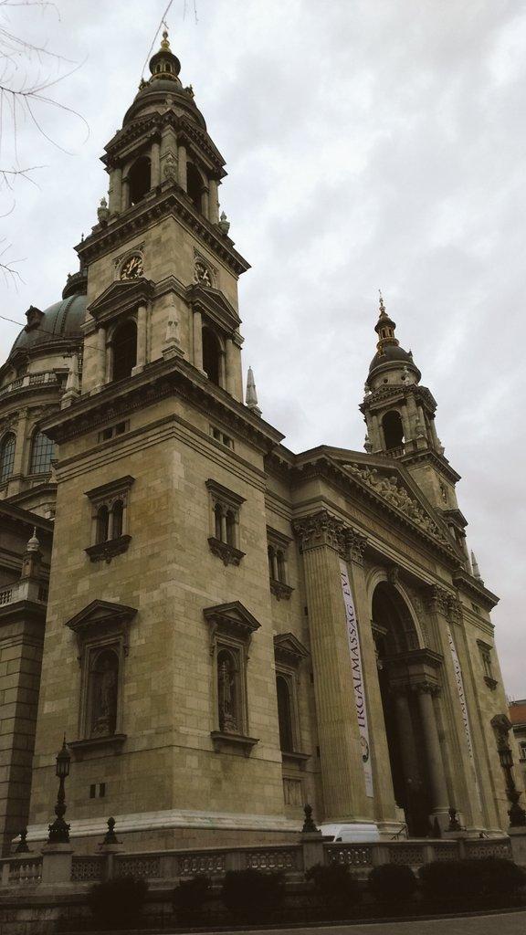 超絶でかいイシュトヴァーン大聖堂を見てお布施をし旅の安全と感受性の帰還を祈った  んで世界一豪華と噂のカフェでご飯食べて 本日は国民劇場でファウスト観ます