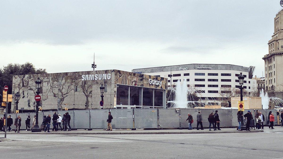 Instal·lar una botiga de @SamsungMobile a Plaça Catalunya, Bien. Pista de gel del gremi de comerciants, Mal. https://t.co/Ox3LdDCKn7