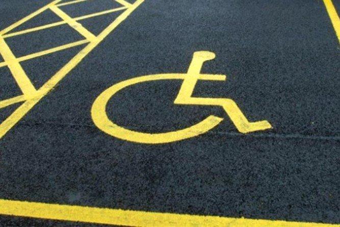È reato parcheggiare nel posto auto riservato al disabile