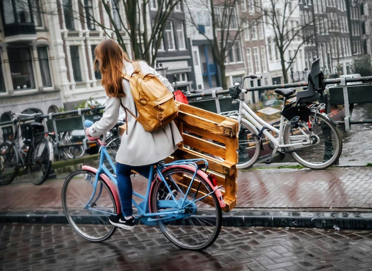 One bike. One hand. Girl power. By @rollingspoke on IG. https://t.co/1n7SmuBtXP #bikeAMS #Amsterdam https://t.co/nf8c3lPkgW