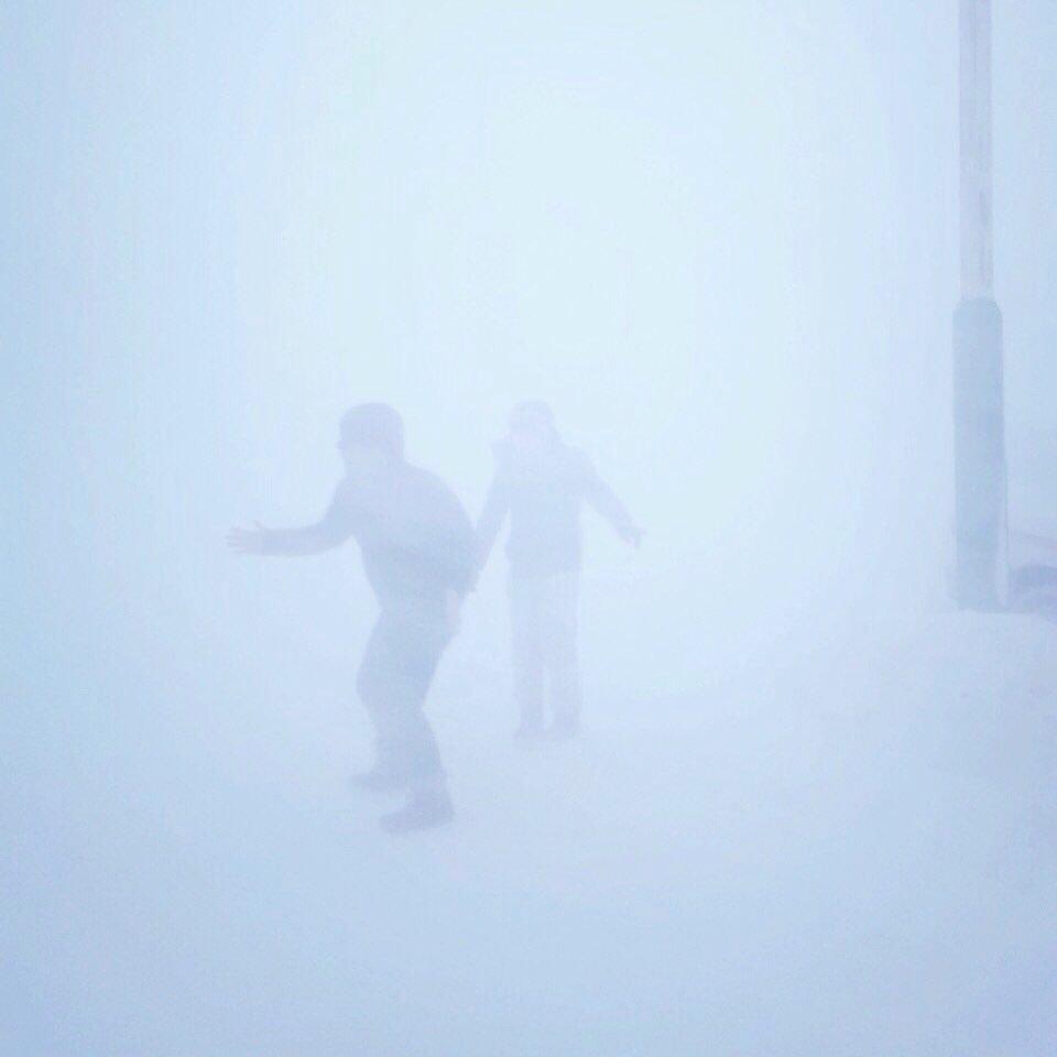 苫前での吹雪に見舞われた画像がメンバー内で流出。メンバーの友人が「エミリー・ローズ」のジャケットに似てる事に気が付き加工されました。やめろよ、素敵な街だったぞ、苫前! #oneor8 https://t.co/Ujlyd0kAwS