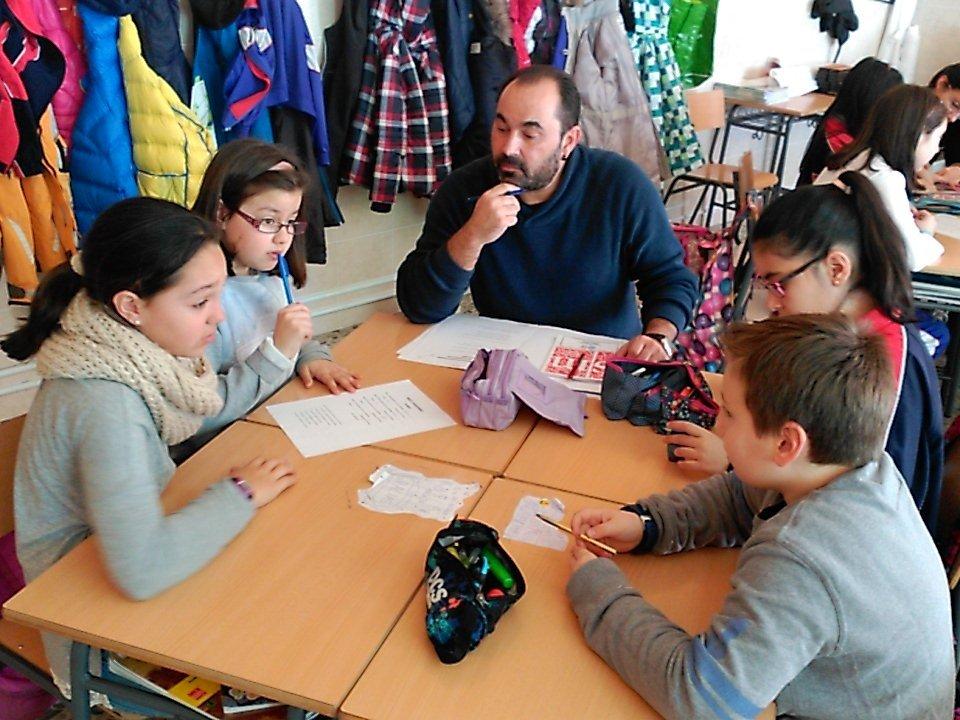 Los integrantes de #SGLab observan como los alumnos trabajan la coevolución en 5° del @colsangregorio https://t.co/GphhL5NYxY