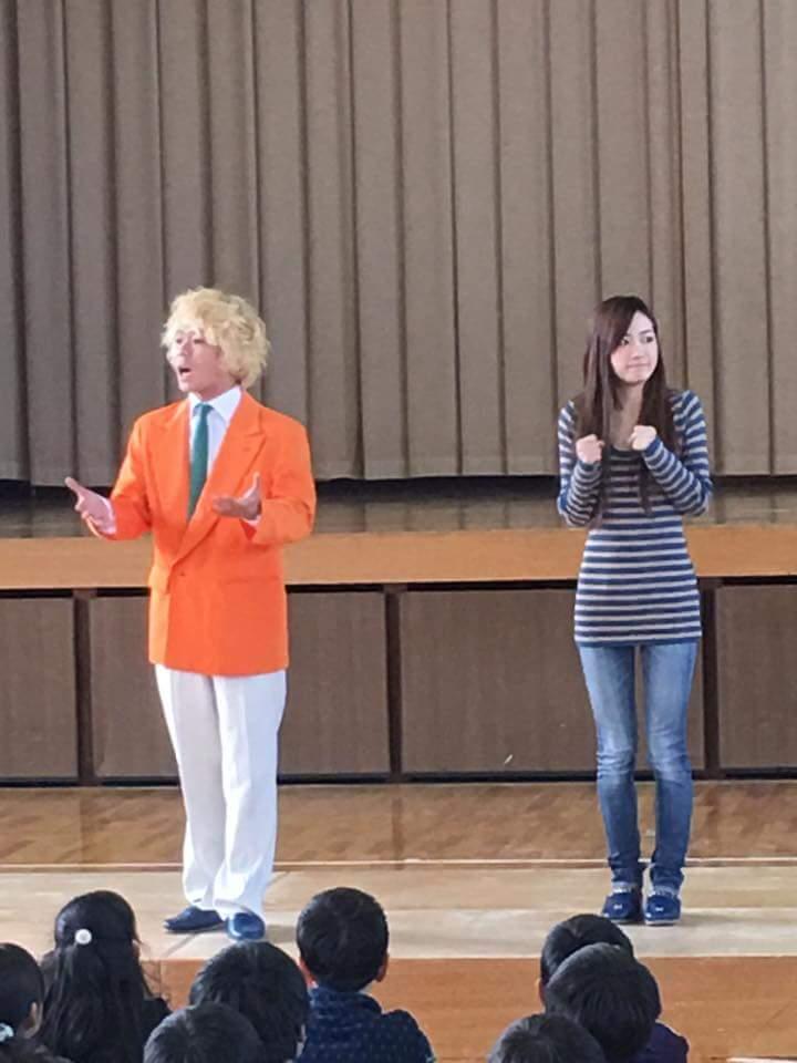 稲沢ライオンズさん主催で大里東小学校で小学6年生を対象にお笑いといじめの講演を矢神久美ちゃんとさせて頂きました! 僕とくうちゃんのいじめ体験談! そして漫才レクチャー! 楽しく勉強させて頂きました! ありがとうございます https://t.co/UfCm85jJWN