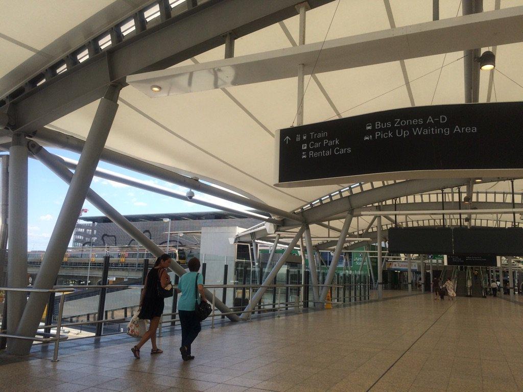 ブリスベン空港、ちょっとガチで設計よすぎる。出口出て、すぐに階段上がればもうトレイン見えてる。この規模の空港でこのわかりやすさはこれまで使った空港でもベスト3じゃないかね。 https://t.co/YVHN4Cfsyq