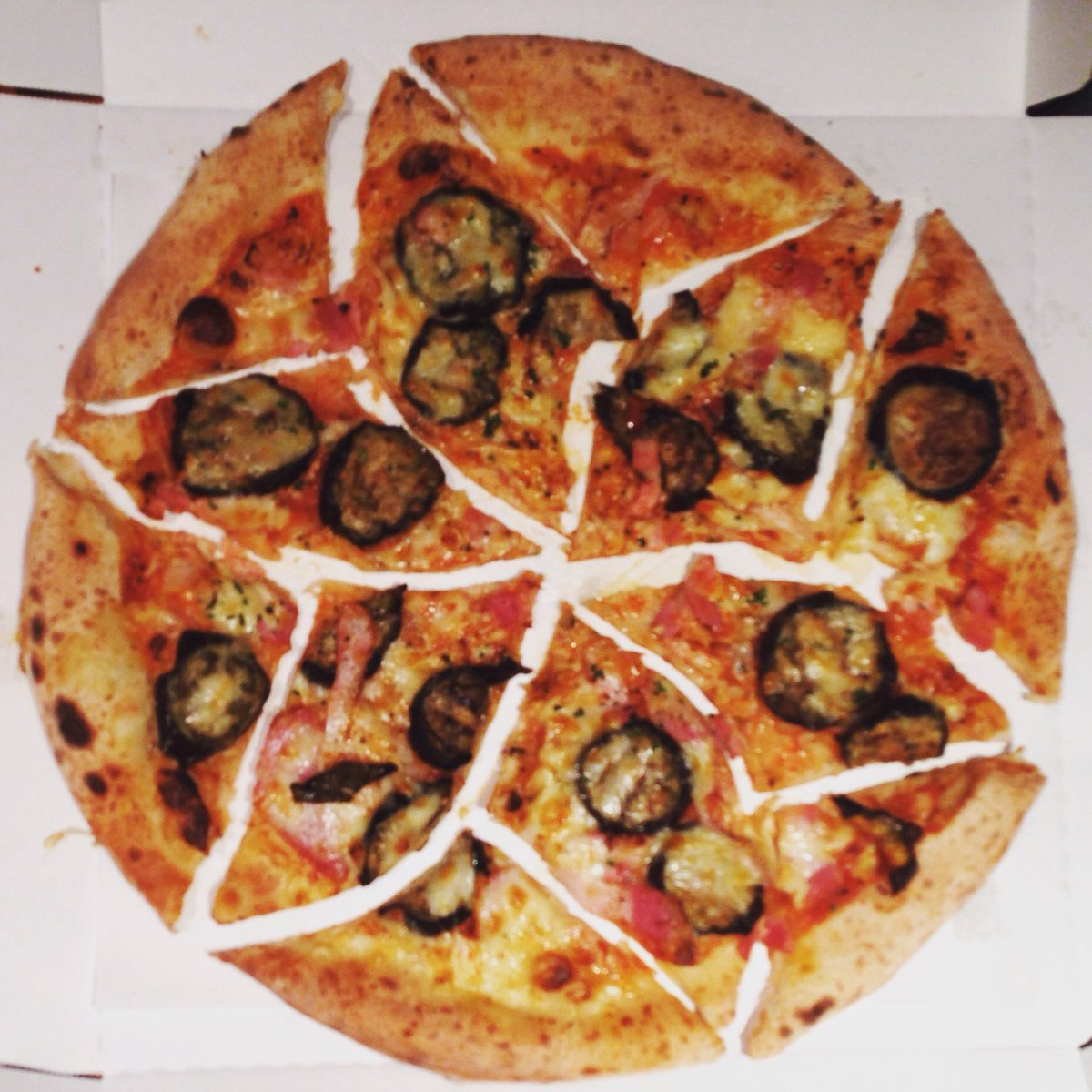 数学好きの集まりのピザの切り方がなんかおかしい。 #日曜数学会 pic.twitter.com/qXU8MCOheY