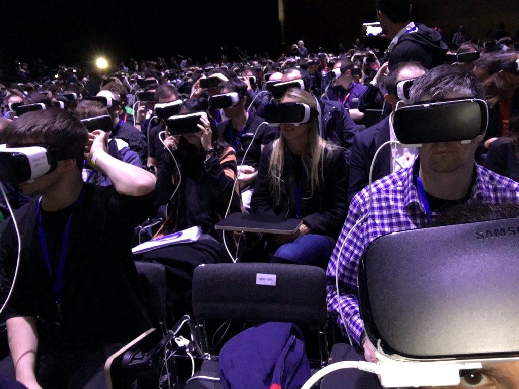 Superbe idée de Samsung de dévoiler le S7 en #VR. #Unpacked #TheNextGalaxy https://t.co/kndDOBw8Eo