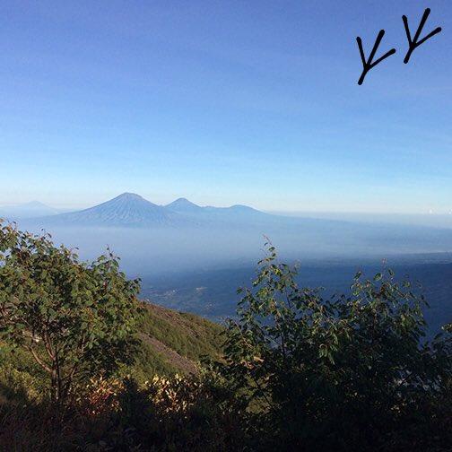 #sunrise never gets old but sunrise on top of a #volcano is next level. #merapi #yogyakarta #indonesia https://t.co/GqTPrEEUWk