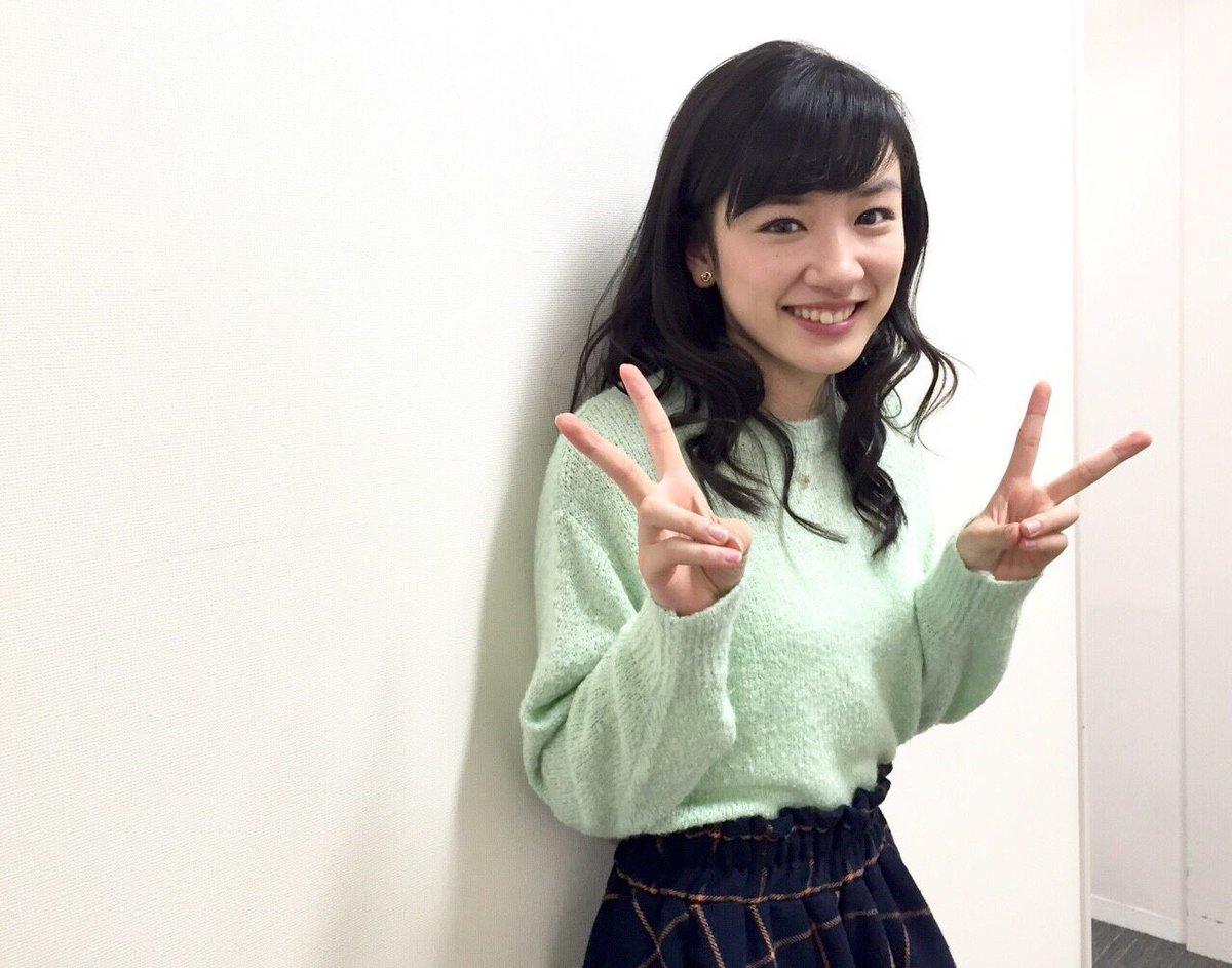 淡いグリーンのセーターでピースサインをするかわいい笑顔の永野芽郁
