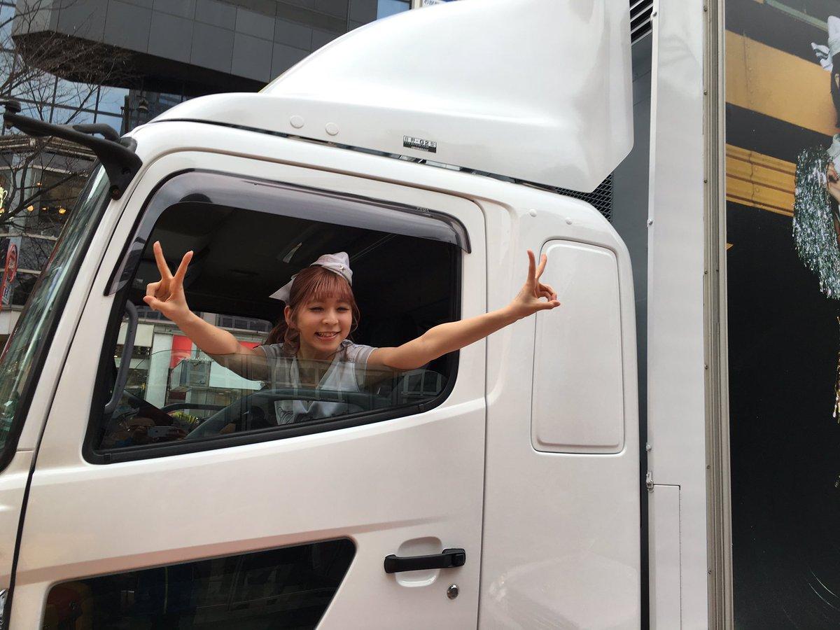 スクランブル交差点を南に曲がっていきました #PASSPOトラックなう https://t.co/4xmn2YsuM1