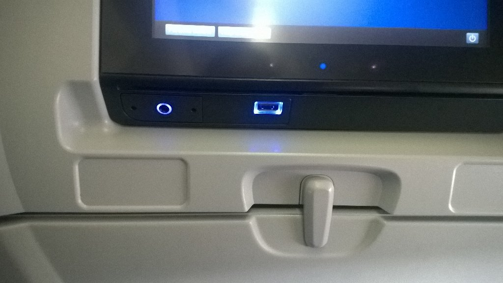 Julie Lerman On Twitter Power Outlet Between Seats Plus Usb Power Built In To The In Seat Entertainment Center Nice Touch On United Intl Https T Co Bi9gpgttno