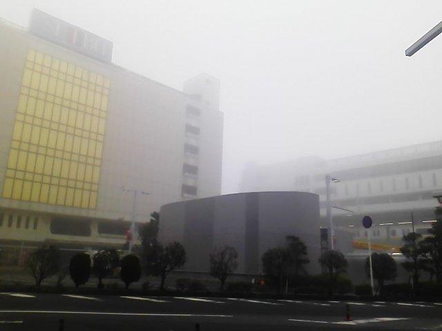 おはふなー。船橋駅周辺濃い霧ふなー(´△`)でもJRの運行ダイヤは今のところ大丈夫ふな!  #funabashi https://t.co/l14ZDjjZyU