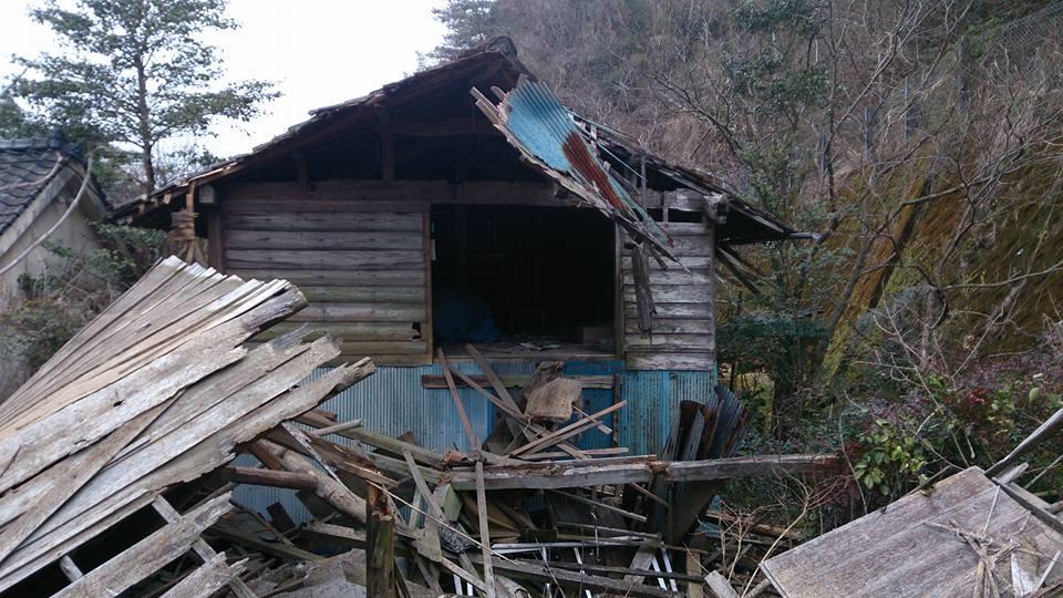 轟音が聞こえたので、窓から外を見たら老朽化した空き家が倒壊してた! 倒壊に巻き込まれた人がいないか確認に行ったらこの有り様。 田舎の空き家問題はホントに深刻化してる。 過疎地からの移転や終活の際は家の処分も必ずお願いします! https://t.co/IEmWeTWG6s