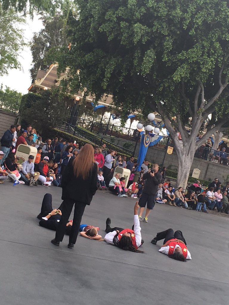 ダウン症の女の子がパレード直前の通りで寝転んじゃってキャストの方止めに行ったのかなって思いきや、一緒に寝転んで何が見える?ってはじめてちょっとほっこりしました☺️女の子すごく楽しそうだった。 pic.twitter.com/Q0Ny7ZDYzb
