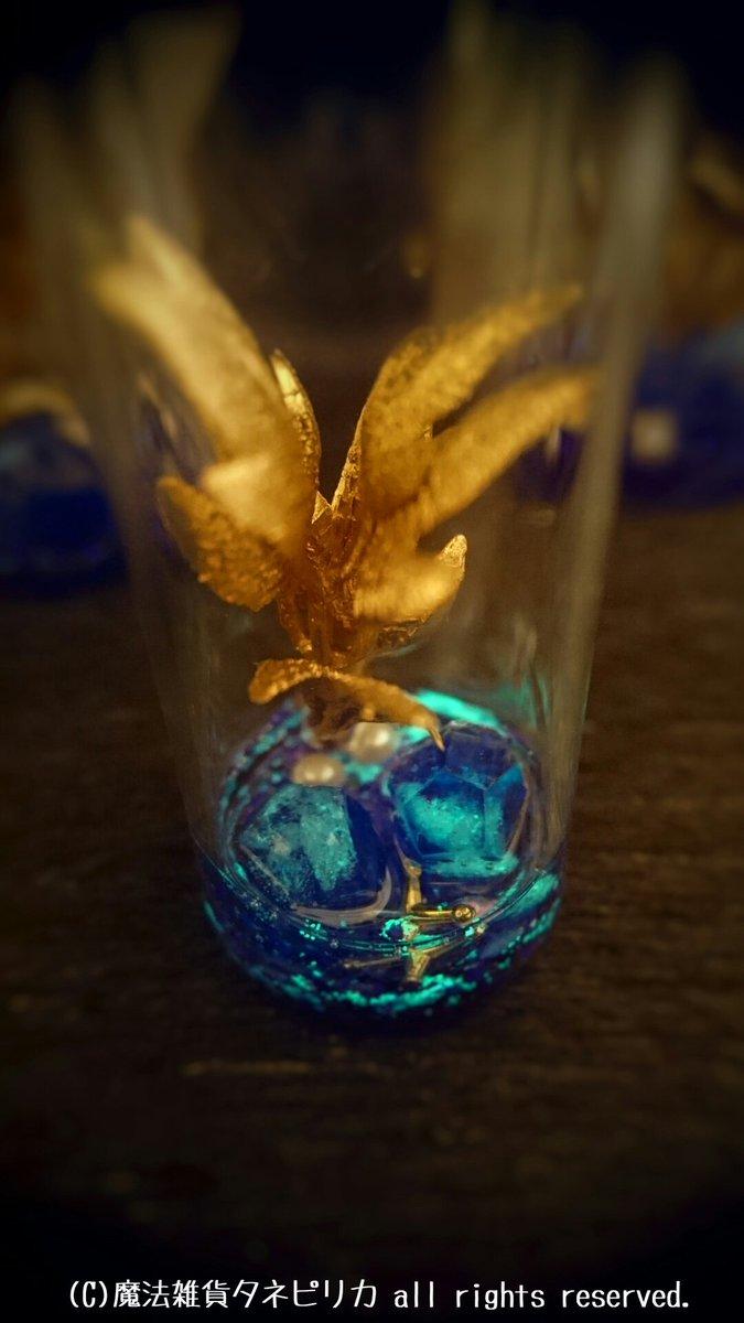 壺ミミックの首飾り、棲み家として試験瓶の中に好物の宝石を詰めた箱庭を作りました。 一緒にお出かけしない際は、こちらで一休みさせてあげてくださいね(*^v^*) 委託先さまにて販売開始されましたら、またRTなどでお知らせします♪