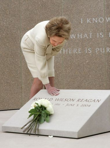 Nancy Reagan will be buried with her husband at his presidential library in Calif. https://t.co/gCTmHTuc1a AP Photo https://t.co/tP1FT6Eejt