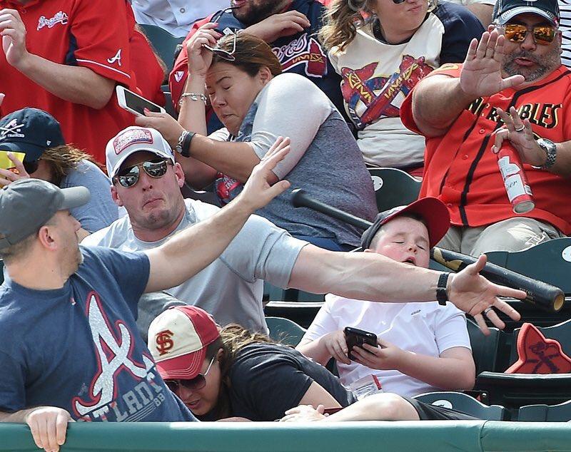 野球観戦中に、観客のマッチョな男性が起こしたスーパープレイ..ww