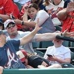 野球観戦中に、観客のマッチョな男性が起こしたスーパープレイ..