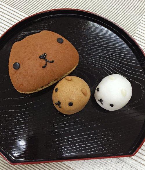 【TRYWORKSより】本日より名古屋パルコで開催中のカピバラさん10周年カフェに、新しいお土産が登場しました♪カピバラさん型のどら焼きと、カピバラさん・ホワイトさんのおまんじゅう。とっても可愛くて食べるのがもったいない逸品! pic.twitter.com/a42eXksnOE