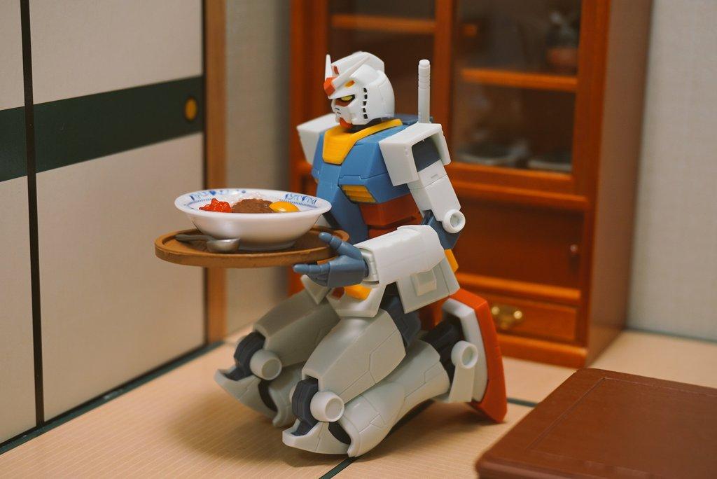 ガンダム「今日はアムロちゃんの好きなカレーよ。ここに置いとくわね」アムロ「・・・」 pic.twitter.com/Sa2lZiNh49