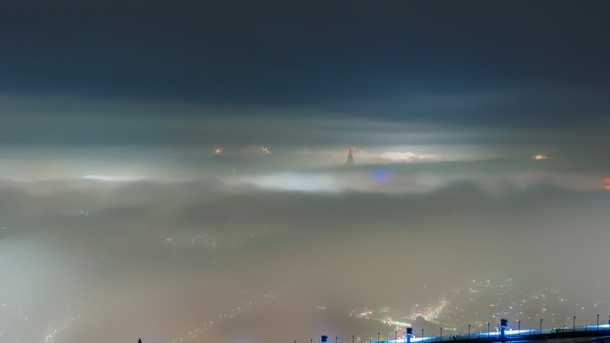 新宿方面はビルの頭だけ見えています。街中はどんな風になっているのでしょうか…。 pic.twitter.com/SUxvhvapZG
