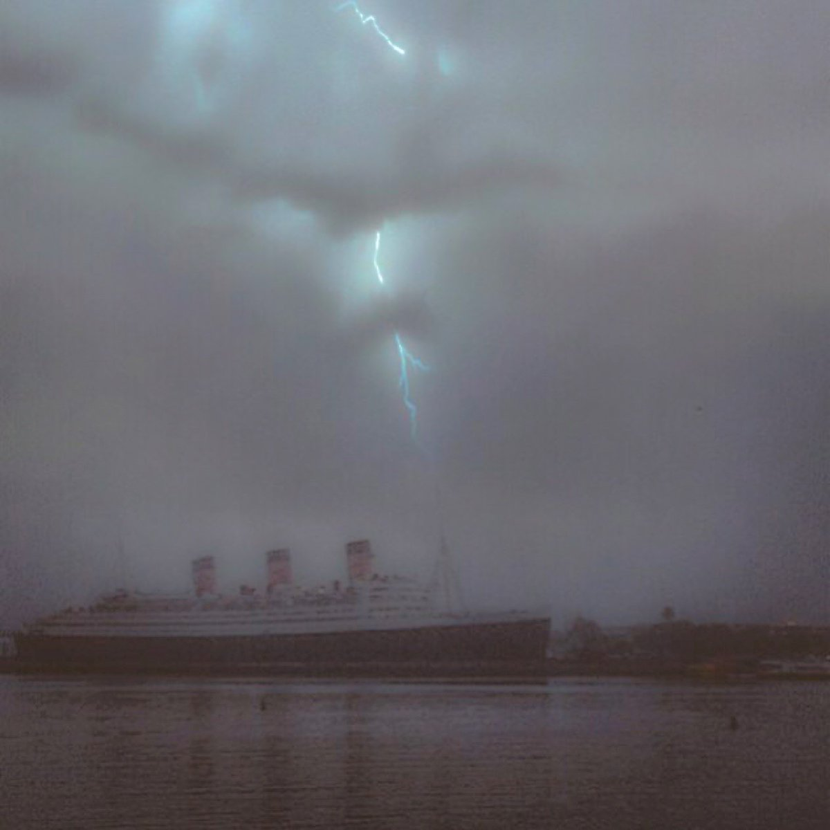 We had to share this incredible shot of the lightning storm above @TheQueenMary this morning (IG user veezee_p) https://t.co/v7fj8AM5Ar
