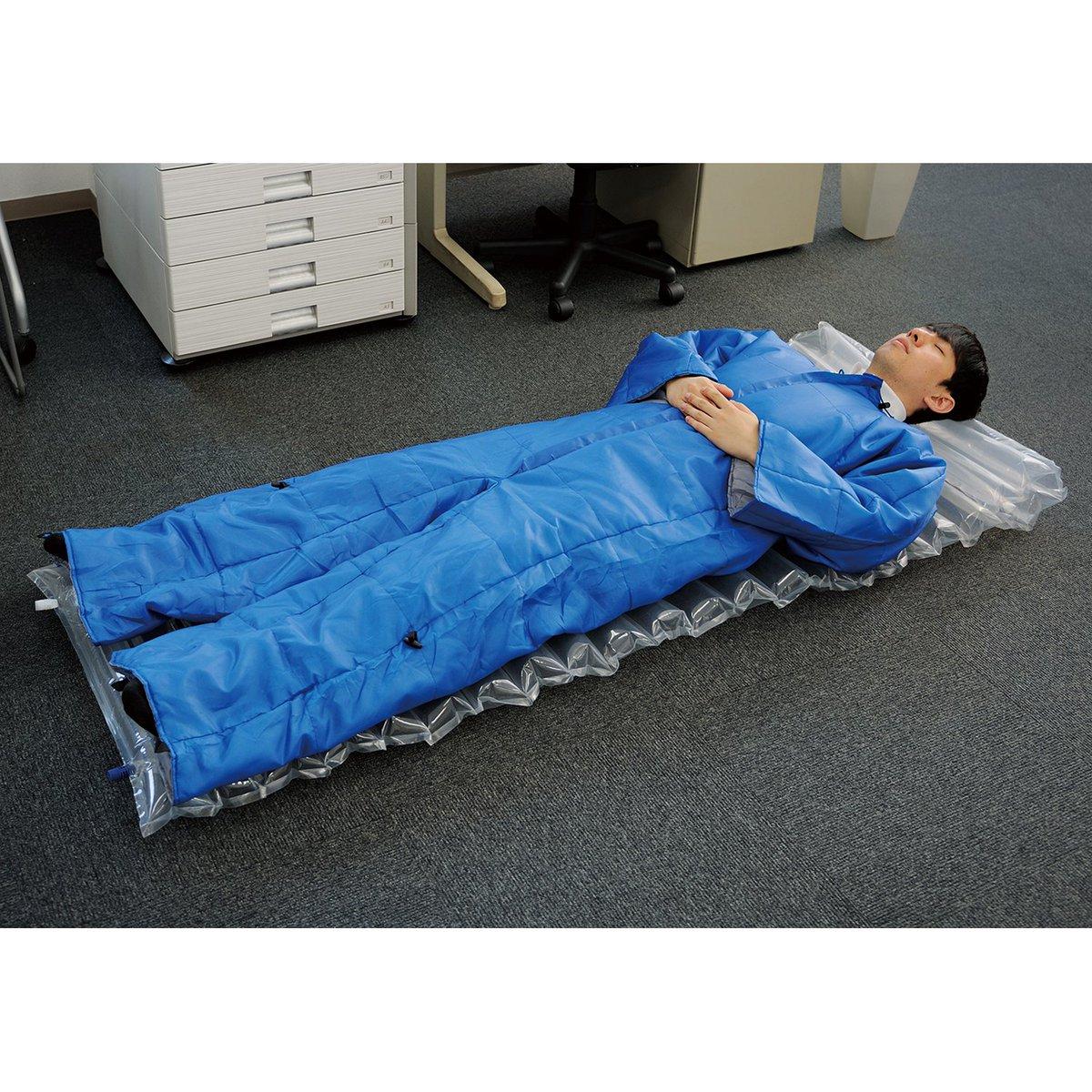 そして、かつ突然ですが、みなさま、こちらご存知でしょうか。オフィスに常備でき、着たまま動くこともできるという、事務用品で著名なキングジムさん @kingjim の機能的な寝袋、いわゆるオフトゥンです。 #銀英伝ニッセンコラボ