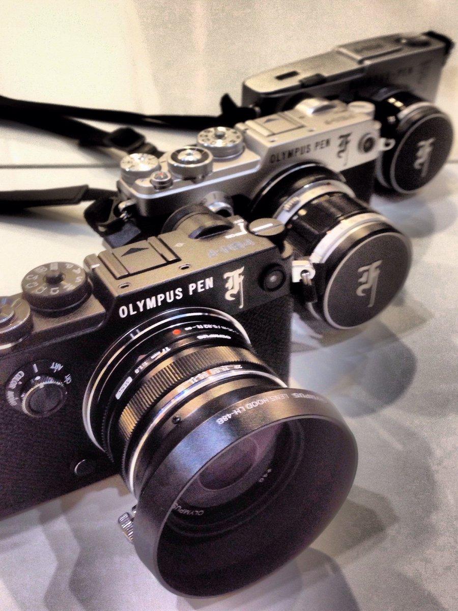 先ほど、中藤さんの発案でOLYMPUS PEN-Fに花文字加工を施した。オリンパスブースにオリンパス製カメラを持ってくるともらえる蒔絵シール、いいんじゃないの? https://t.co/2s8px6qbgB