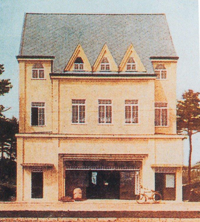 国立駅南口の西側、もと東西書店だった建物はドラッグストアとなるもよう…この場所は大学町町開発時の昭和初期は丸通運輸(現、日本通運)で箱根土地が国立の玄関口にふさわしい模範店舗として作った三階建てのモダンな洋風建築がありました。