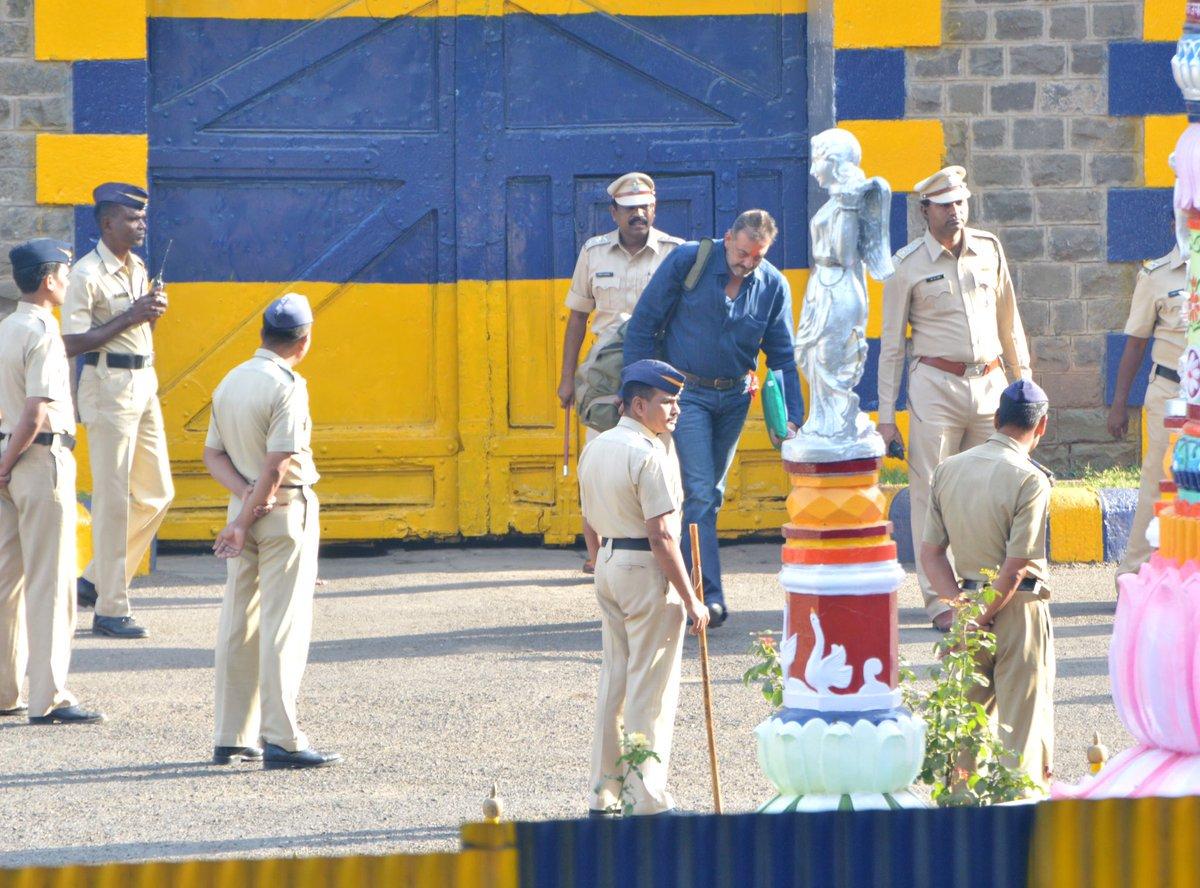 देखिये बॉलीवुड ने कैसे किया जेल से छूटे संजय दत्त का स्वागत !