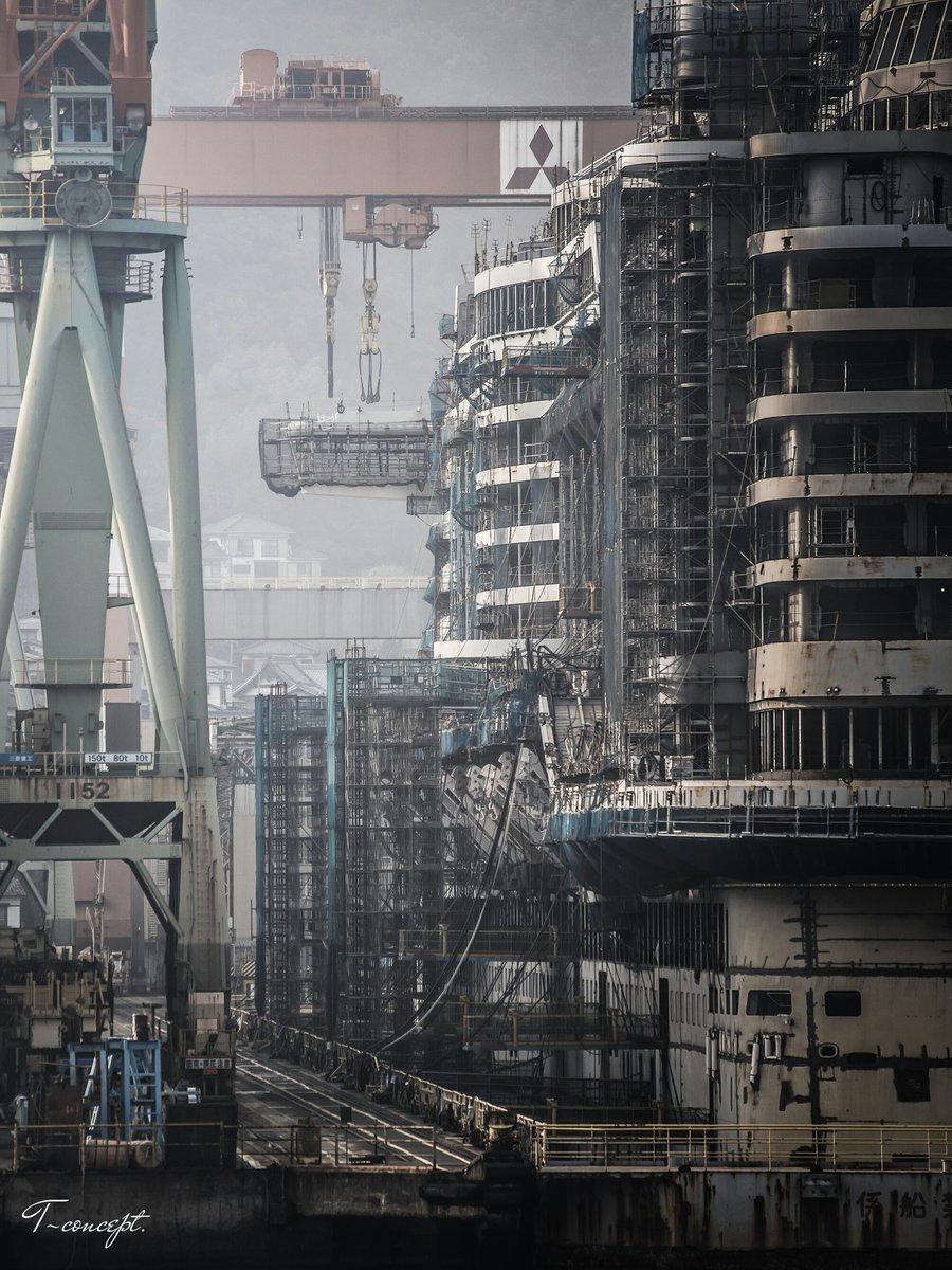 『三菱重工長崎造船所』船上カメラマンとなって、フェリーの上より至近距離で撮影。現像のポイントは、鋼鉄の質感、奥行き感、足場等のわちゃわちゃ感。なかなか迫力のある作品に仕上がりました。#ファインダー越しの翼の世界 pic.twitter.com/g5PuiKIxHY