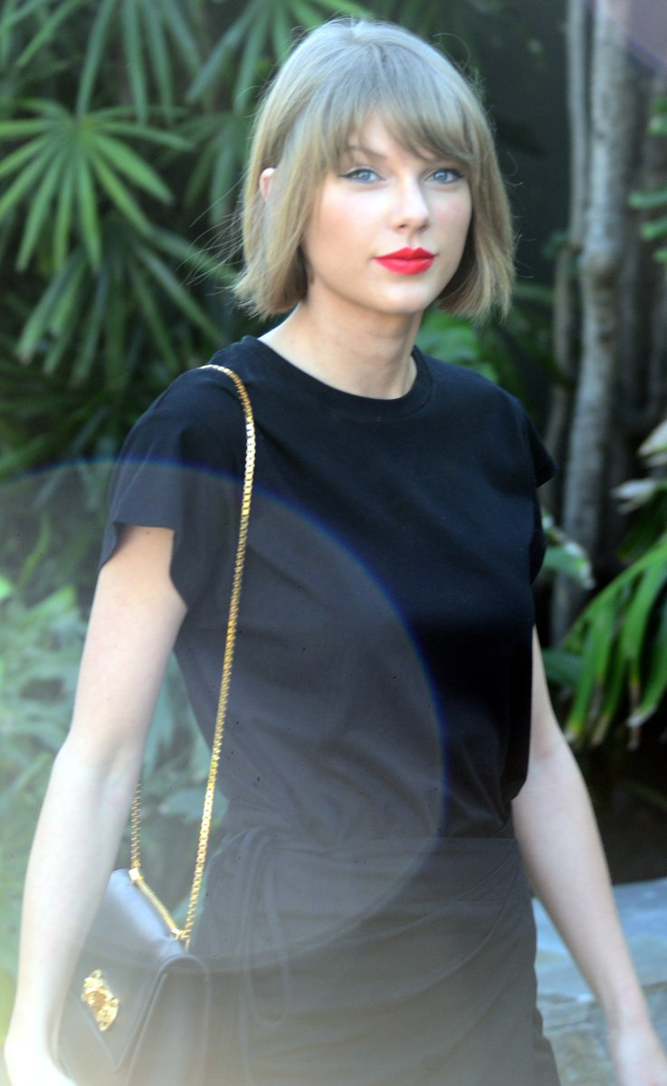 6d4628cc95 taylorswift13 was looking chic while carrying her  Versace Signature Lock  shoulder bag.  VersaceCelebritiespic.twitter.com aQEzW9SAJh