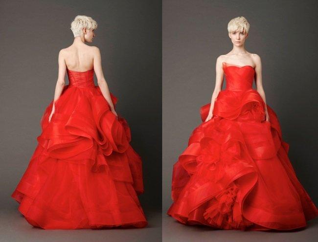 ヴェラ・ウォン(王薇薇)(1949〜)による作品(2012年)。アメリカのファッションデザイナー。従来の外観とは異なる、活気に満ちた、クリムゾン、朱色のウェディングドレスをつくりました。(Vera Wang)