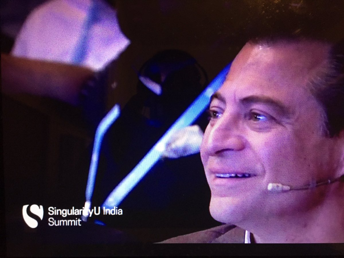Peter Diamandis about to start mesmerizing the audience about abundance and exponential. #SUIndiaSummit https://t.co/UnlHD7y1li