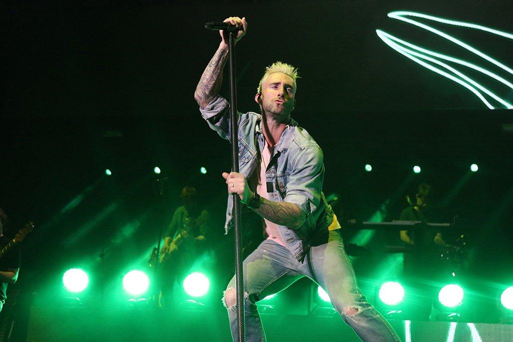 .@gentemural  #Fotos 15 mil personas disfrutan el concierto de @maroon5 en la @ArenaVFG @adamlevine @jamesbvalentine https://t.co/3IIO3kwGPI