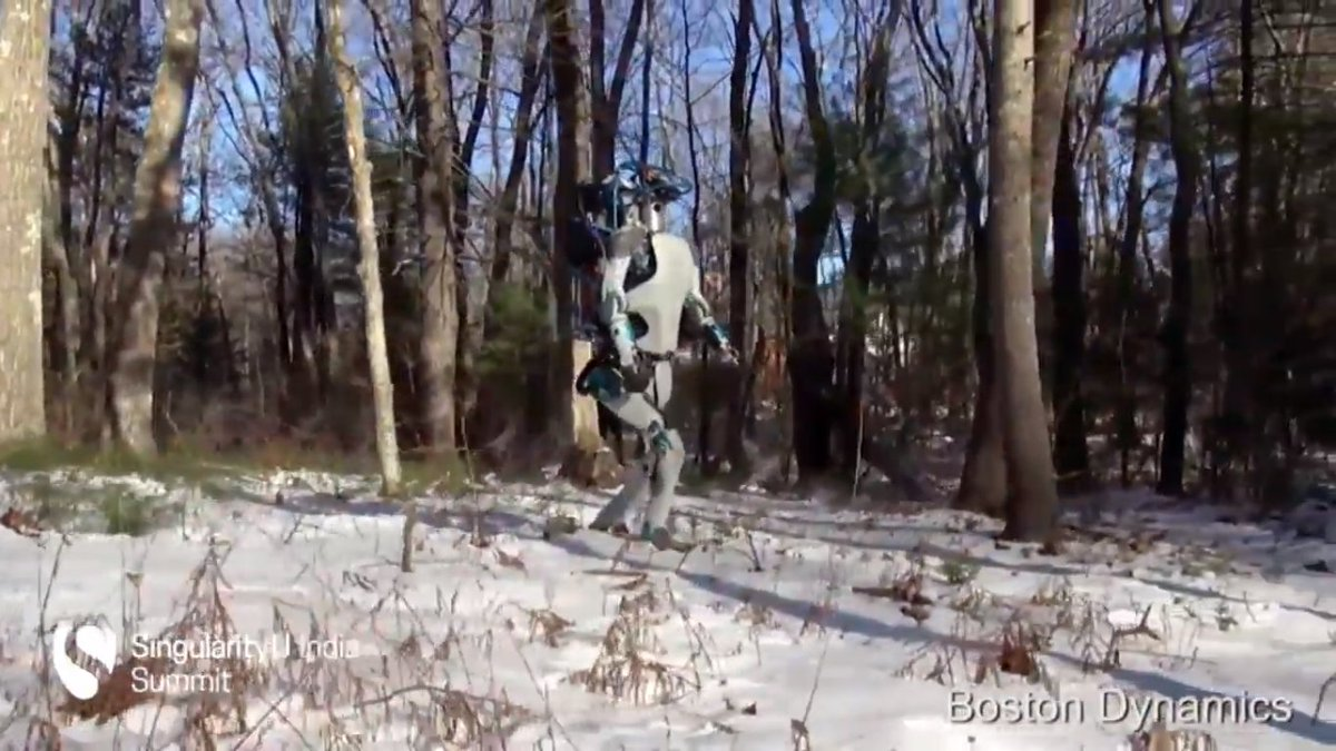 #SUIndiaSummit @RobNail shows us a really cool robot created by @BostonDynamics #Robotics https://t.co/bimvGxZkGq