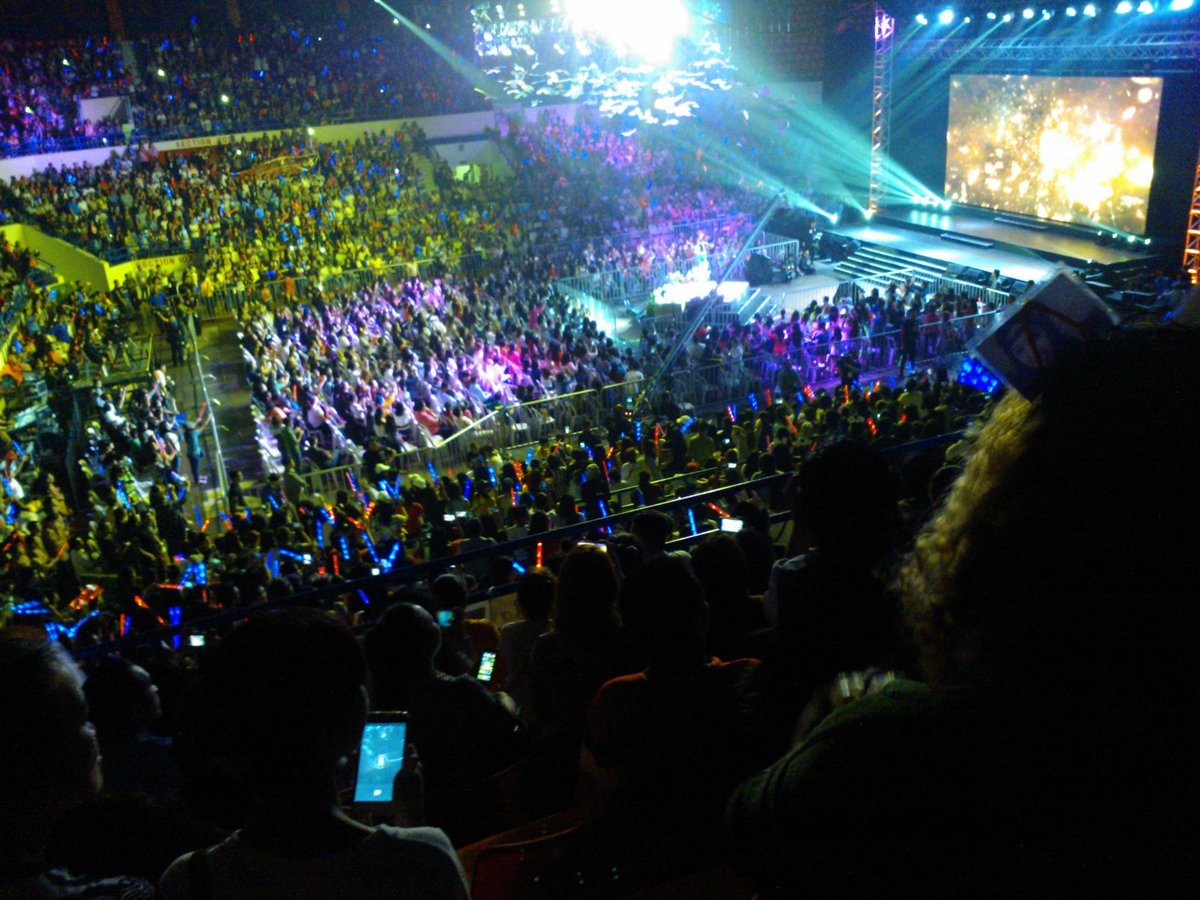 I'm going to join this crowd again! soon waiting for another event .. PHENOMENAL LOVE TEAM #OTWOLTheLastFlight https://t.co/OvDZ8nJKeC