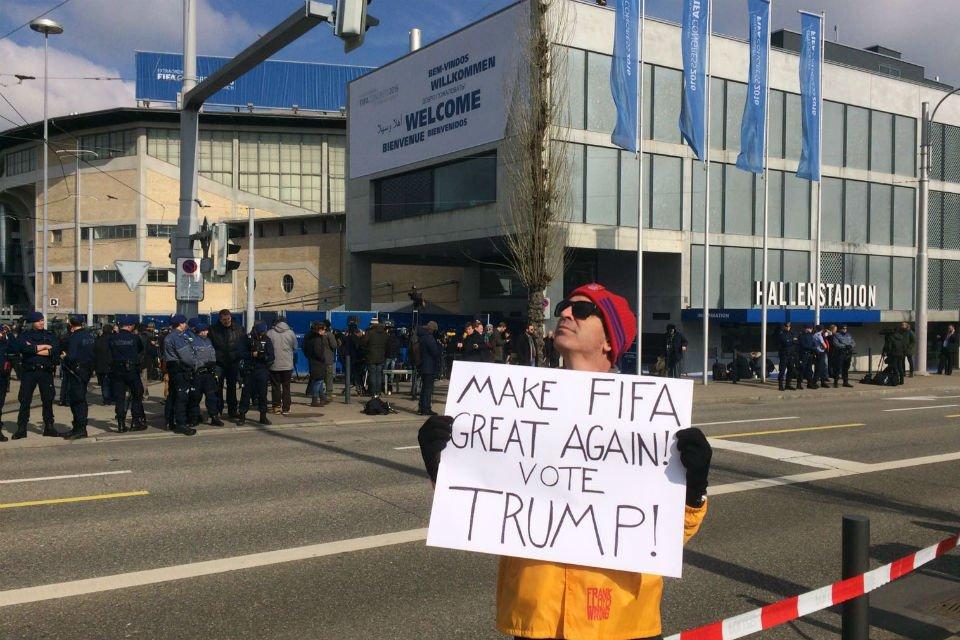 Протестующие в Цюрихе призывают избрать президентом ФИФА Дональда Трампа