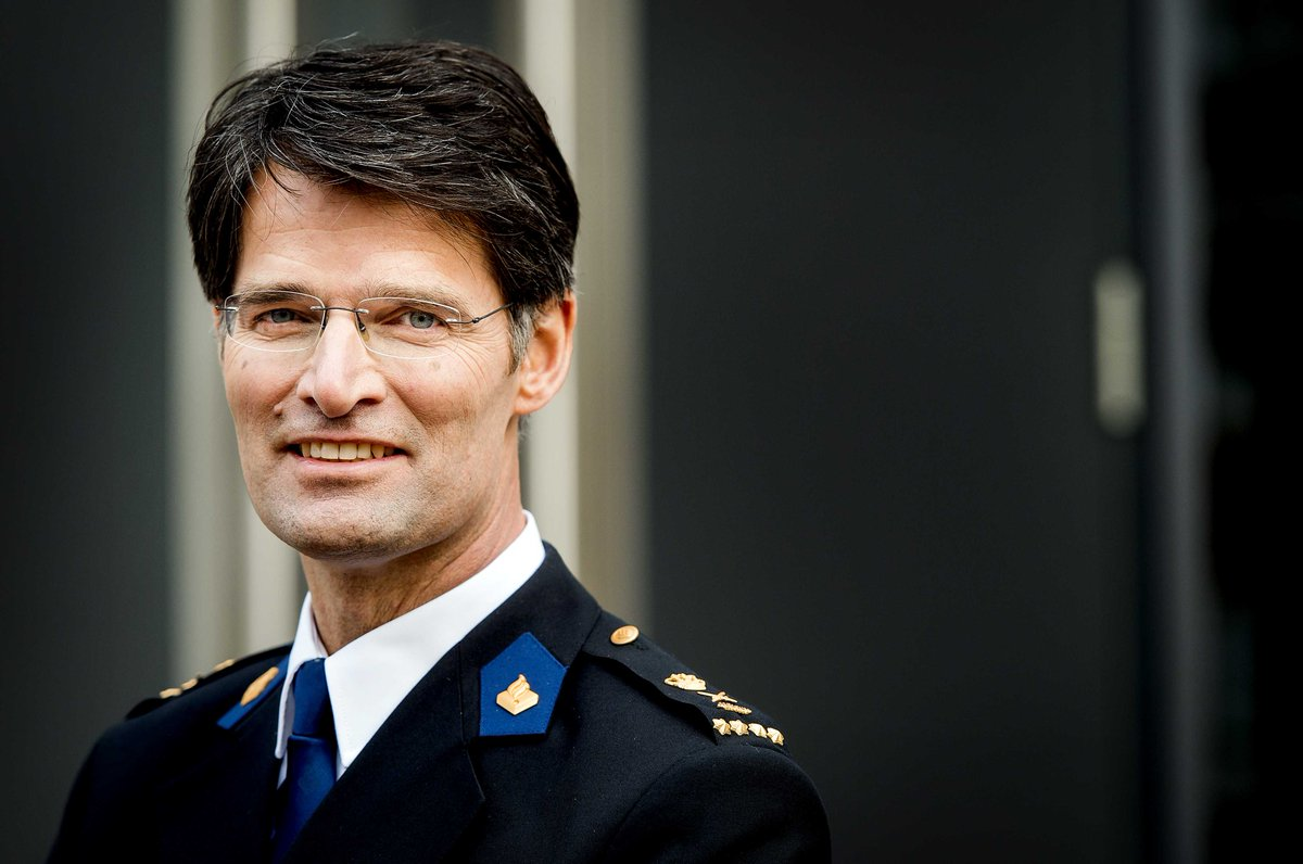 """Interview met korpschef Erik Akerboom: """"Ik zie een politiekorps dat kraakt"""" https://t.co/EcUwlZyB9n https://t.co/St9WroDURA"""